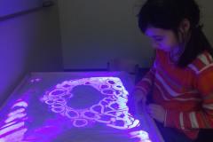 Рисование песком на специальном столе